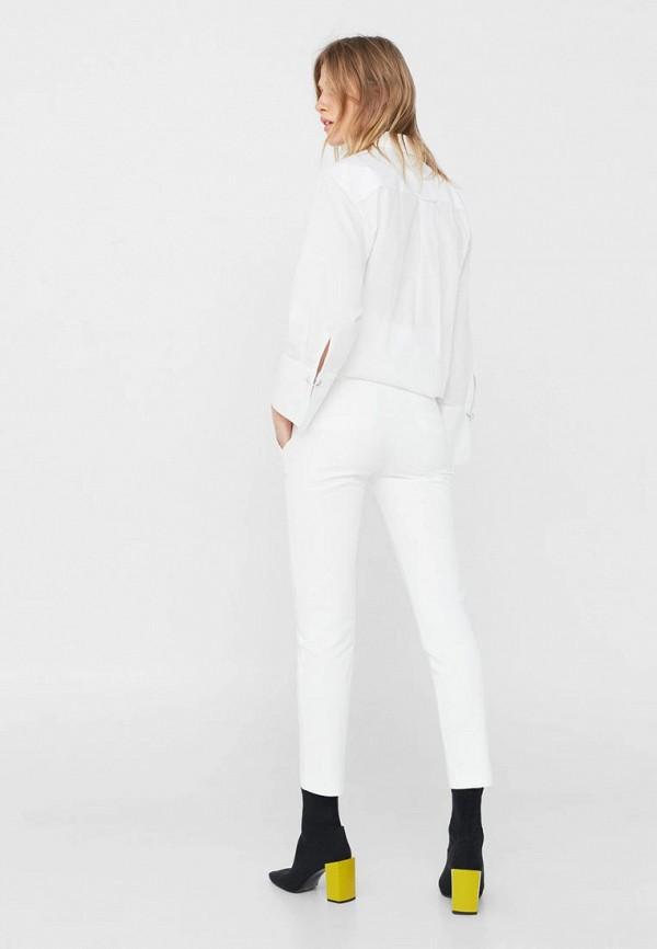 в прозрачных белых брюках