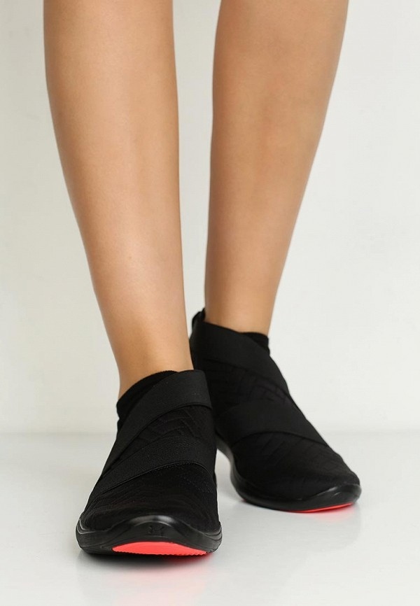 Фото 5 - женские кроссовки Under Armour черного цвета