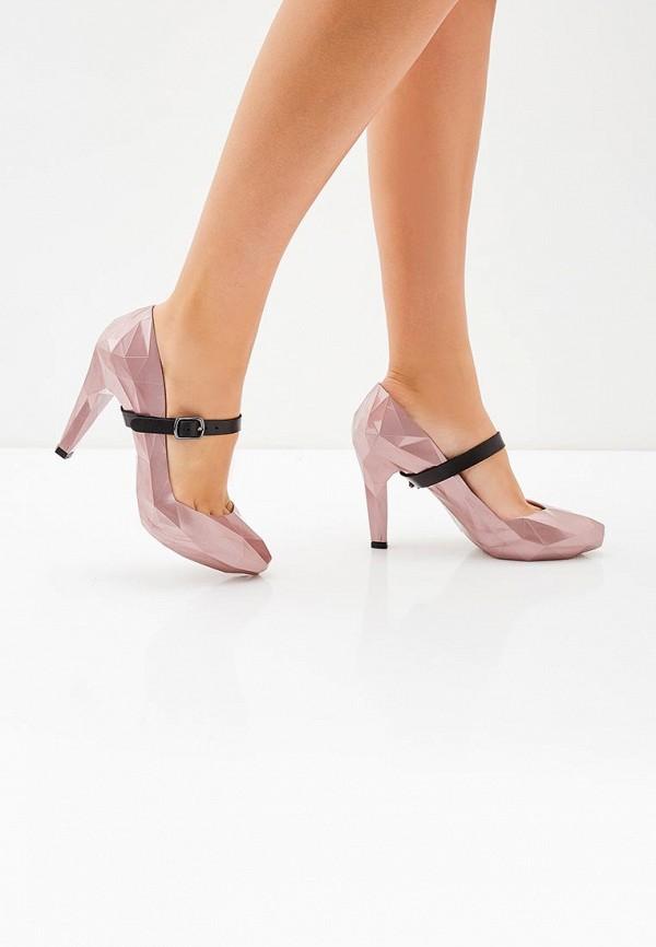Голая в розовых туфельках специально